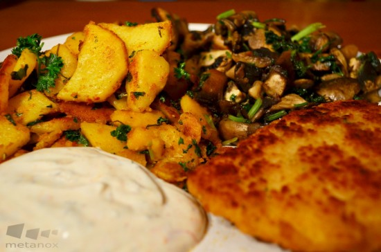 Gericht: Bratkartoffeln, vegetarisches Schnitzel, Pilze, Sauerrahm
