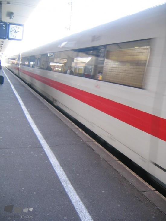 Auf der Durchreise. ICE im Bahnhof.