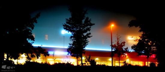 Leuchtreklame im Nebel